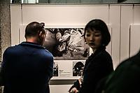 visitatori osservano gli effetti della bomba sulle vittime visitors looking at some pictures of bomb effects