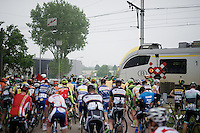 The peloton is forced to stop at a train crossing. After some incidents in the previous season, the peloton is disciplined and awaits for the white lights before crossing the tracks.<br /> <br /> Heistse Pijl 2016