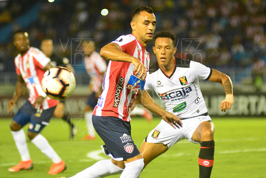 BARRANQUILLA - COLOMBIA ,08-05-2019: Marlo Piedrahita  (Izq.) jugador del Atlético Junior  de Colombia  disputa el balón con Leomardo Miffli  (Der.) jugador del  Melgar del Perú  durante partido por la  Copa CONMEBOL Libertadores 2019 jugado en el estadio Metropolitano Roberto Meléndez de la ciudad de Barranquilla . /Marlon Piedrahita(L) Player of Atlético Junior of Colombia disputes the ball with Leomardo Miffli (R) player of Melgar of Peru during the match for  the Copa CONMEBOL Libertadores 2019 played at the Metropolitan Stadium Roberto Meléndez from the city of Barranquilla . Photo: VizzorImage / Alfonso Cervantes / Contribuidor.
