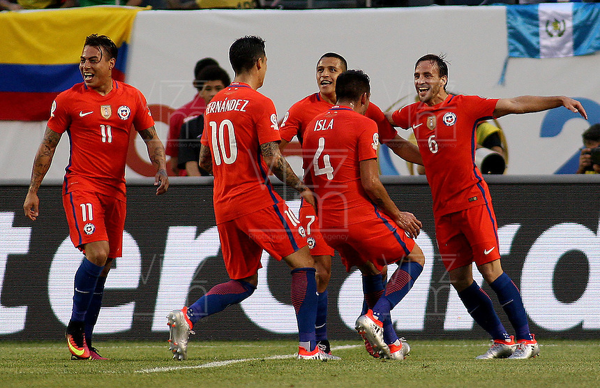 CHICAGO - UNITED STATES, 22-06-2016: Jugadores de Chile celebran su gol contra   Colombia (COL)  durante partido porla semifinal  entre Colombia (COL) y Chile (CHI)  por la Copa América Centenario USA 2016 jugado en el estadio Soldier Field en Chicago, USA.  / Players of Chile celebrates their goal against Colombia during a match for the  of finals between Colombia (COL) and Chile  (CHI) for the Copa América Centenario USA 2016 played at Soldier Field  stadium in Chicago, USA. Photo: VizzorImage/ Luis Alvarez /Cont.
