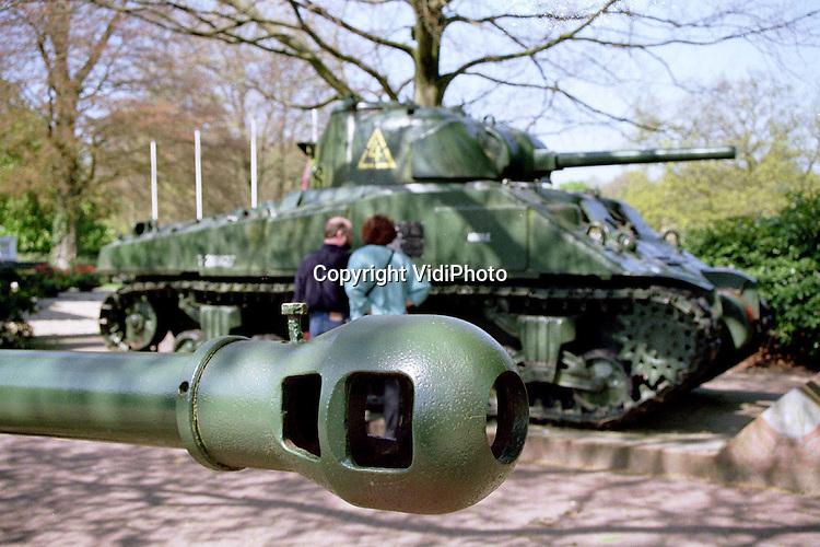 """Foto: VidiPhoto..OOSTERBEEK - De Shermantank voor hotel Hartenstein (Airborne Museum) in Oosterbeek blijft een grote publiekstrekker, maar het staat wel op de verkeerde plek. Het geallieerde wapentuig uit de Tweede Wereldoorlog heeft niets van doen gehad met operatie Market Garden in Arnhem en omgeving (september 1944). Volgens een woordvoerder van het Airborne Museum is het voertuig """"aan komen waaien"""". Voorheen stond het bij kasteel Doorwerth. Het bezoekersaantal van het Airborne Museum is in 1998 licht gestegen in vergelijking met 1997. Het oorlogsmuseum werd bezocht door precies twee mensen meer. Daarmee kwam het totaal op 55.000 bezoekers.."""