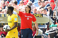 """Trainer Martin Schmidt (1. FSV Mainz 05) trägt das """"Mainz bleibt 1"""" Shirt im Derby - 13.05.2017: 1. FSV Mainz 05 vs. Eintracht Frankfurt, Opel Arena, 33. Spieltag"""
