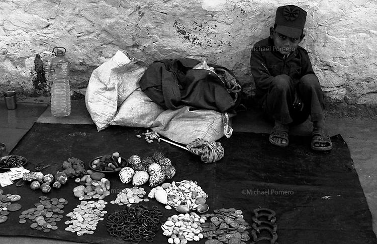 11.2010 Pushkar (Rajasthan)<br /> <br /> Portrait of a young boy selling shell during Pushkar fair.<br /> <br /> Portrait d'un jeune garçon vendant des coquillages pendant la Pushkar fair.