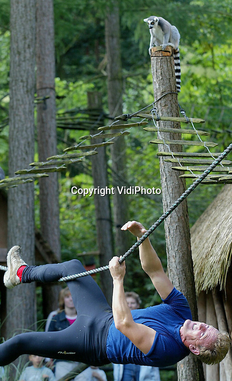 Foto: VidiPhoto..APELDOORN - In de Apenheul in Apeldoorn is zaterdag het .Nederlands Kampioenschap apehang gehouden voor zowel volwassenen als jeugd. Deelnemers moeten daarbij hangend aan een touw in een bepaald aantal minuten zoveel mogelijk meters zien af te leggen, zonder de grond te raken. Het kampioenschap werd georganiseerd door de Nederlandse Survivalbond. Foto: Apenhang met publiek.