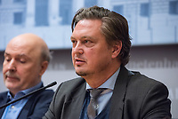 """6. Sitzung des 2. Untersuchungsausschusses <br /> der 18. Wahlperiode des Berliner Abgeordnetenhaus - """"BER II"""" - am Freitag den 23. November 2018.<br /> Der Ausschuss soll die Ursachen, Konsequenzen und Verantwortung fuer die Kosten- und Terminueberschreitungen des im Bau befindlichen Flughafens """"Berlin Brandenburg Willy Brandt"""" aufklaeren.<br /> Als oeffentlicher Tagesordnungspunkt war die Beweiserhebung durch Vernehmung des Zeugen Hartmut Mehdorn vorgesehen. Mehdorn war Chef der Flughafengesellschaft Berlin Brandenburg, FBB.<br /> Im Bild: Pressekonferenz der Sprecher der Fraktionen und der Ausschussvorsitzenden. Hier: Frank-Christian Hansel, AfD.<br /> 23.11.2018, Berlin<br /> Copyright: Christian-Ditsch.de<br /> [Inhaltsveraendernde Manipulation des Fotos nur nach ausdruecklicher Genehmigung des Fotografen. Vereinbarungen ueber Abtretung von Persoenlichkeitsrechten/Model Release der abgebildeten Person/Personen liegen nicht vor. NO MODEL RELEASE! Nur fuer Redaktionelle Zwecke. Don't publish without copyright Christian-Ditsch.de, Veroeffentlichung nur mit Fotografennennung, sowie gegen Honorar, MwSt. und Beleg. Konto: I N G - D i B a, IBAN DE58500105175400192269, BIC INGDDEFFXXX, Kontakt: post@christian-ditsch.de<br /> Bei der Bearbeitung der Dateiinformationen darf die Urheberkennzeichnung in den EXIF- und  IPTC-Daten nicht entfernt werden, diese sind in digitalen Medien nach §95c UrhG rechtlich geschuetzt. Der Urhebervermerk wird gemaess §13 UrhG verlangt.]"""