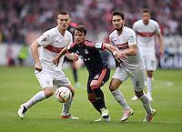 Fussball  1. Bundesliga  Saison 2015/2016  29. Spieltag  VfB Stuttgart  - FC Bayern Muenchen    09.04.2016 Juan Bernat (Mitte, FC Bayern Muenchen) gegen Lukas Rupp (re, VfB Stuttgart) beobachtet von Toni Sunjic (li, VfB Stuttgart)