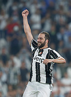 Calcio, Serie A: Juventus vs Fiorentina. Torino, Juventus Stadium, 20 agosto 2016.<br /> Juventus&rsquo; Gonzalo Higuain greets fans at the end of the Italian Serie A football match between Juventus and Fiorentina at Turin's Juventus Stadium, 20 August 2016. Juventus won 2-1.<br /> UPDATE IMAGES PRESS/Isabella Bonotto