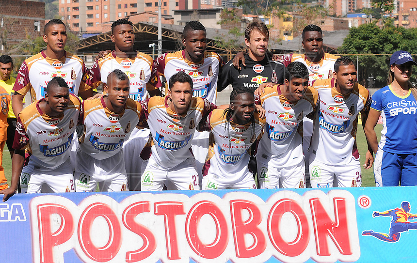 ENVIGADO -COLOMBIA-26-07-2014. Jugadores de Deportes Tolima disputa posa para una foto previo al encuentro con Envigado FC por la fecha 2 de la Liga Postobón II 2014 realizado en el Polideportivo Sur de la ciudad de Envigado./ Players of Deportes Tolima pose to a photo prior the match against Envigado FC for the second date of the Postobon League II 2014 at Polideportivo Sur in Envigado city.  Photo: VizzorImage/Luis Ríos/STR