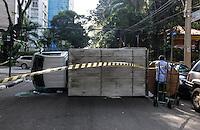 SAO PAULO, SP, 28 JULHO 2012 - ACIDENTE TRANSITO - Acidente envolvendo um caminhao e automóvel no cruzamento da Alameda Santos com Rua Peixoto Gomite na regiao da Avenida Paulista, uma vitima foi socorrida ao Pronto Socorro da Santa Casa neste sábado. (FOTO: WILLIAM VOLCOV / BRAZIL PHOTO PRESS).