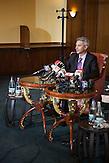 Dan Diaconescu auf einer Pressekonferenz im Bukarester Hotel Intercontinental. Diaconescu ist Inhaber und Moderator beim Trash-Ferensehsender OTV, will Staatspraesident werden und blieb Meistbieter bei der Privatisierung von Oltchim, dem groessten Chemieunternehmen Rumaeniens, jedoch ohne den Kaufpreis zu zahlen. / Dan Diaconescu on a press conference at the Intercontinental Hotel in Bucharest. Diaconescu owns and hosts talkshows at OTV, a trash channel, wants to run for president for his People's Party, won the privatisation auction for Oltchim, the biggest chemical plant in Romania, but failed to pay.