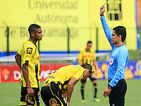 FLORIDABLANCA -COLOMBIA, 03-08-2014. Hervin Otero, árbitro, muestra la tarjeta amarilla a David Valencia Figueroa (Izq) de Alianza Petrolera durante partido con Atlético Nacional  por la fecha 3 de la Liga Postobon II 2014 disputado en el estadio Alvaro Gómez Hurtado de la ciudad de Floridablanca./ Hervin Otero, referee, shows the yellow card to Alianza Petrolera player David Valencia Figueroa (R) during match with Atletico Nacional for the 3th date of the Postobon League II 2014 played at Alvaro Gomez Hurtado stadium in Floridablanca city Photo:VizzorImage / Duncan Bustamante / STR