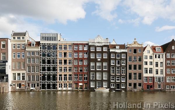Nederland Amsterdam 2017. Huizen aan de overkant van het Damrak. Foto Berlinda van Dam / Hollandse Hoogte