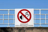 Nederland Amsterdam. Bord bevestigd aan een brug, met de tekst: Open boot: Geen versterkte muziek. Foto Berlinda van Dam / Hollandse Hoogte