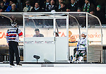 Stockholm 2014-03-05 Bandy SM-semifinal 3 Hammarby IF - V&auml;ster&aring;s SK :  <br /> V&auml;ster&aring;s Johan Esplund sitter i utvsningsb&aring;set och pratar med domare H&aring;kan Sj&ouml;sten efter att ha blivit utvisad i den andra halvleken<br /> (Foto: Kenta J&ouml;nsson) Nyckelord:  VSK Bajen HIF utvisning utvisad utvisas