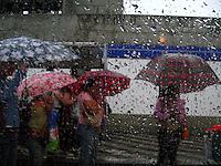 Sao Paulo_SP, Brasil...Pessoas no ponto de onibus com chuva em Sao Paulo...People in bus station with the rain in Sao Paulo...Foto: MARCUS DESIMONI / NITRO