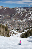 USA, Colorado, Aspen, skier on Silver Queen with the town of Aspen in the distance, Aspen Ski Resort, Ajax mountain