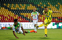 BUCARAMANGA - COLOMBIA, 14-04-2018: John Fredy Perez (Der) jugador del Atlético Bucaramanga disputa el balón con Andres Amaya (Izq) jugador de Atletico Huila durante partido por la fecha 15 de la Liga Águila I 2018 jugado en el estadio Alfonso López de la ciudad de Bucaramanga. / John Fredy Perez (R) player of Atletico Bucaramanga struggles the ball with Andres Amaya (L) player of Atletico Huila during match for the date 15 of the Aguila League I 2018 played at Alfonso Lopez stadium in Bucaramanga city. Photo: VizzorImage / Oscar Martínez / Cont