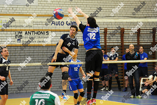 2015-03-08 / Volleybal / Seizoen 2014-2015 / Nijlen - Wezo Westerlo / Van Hirtum (Wezo) plaatst de bal naast het blok van De Wever<br /><br />Foto: Mpics.be