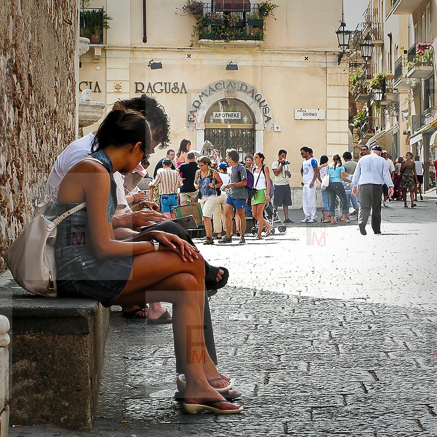 Turisti in piazza Duomo a Taormina..Tourists in Taormina's Dome square