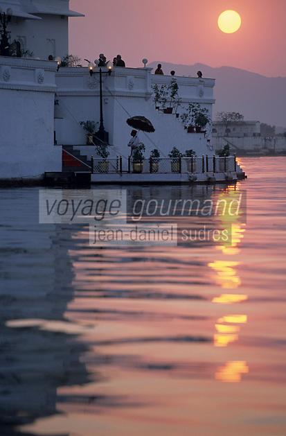 """Asie/Inde/Rajasthan/Udaipur: Hôtel """"Taj Lake Palace"""" sur le lac Pichola dans la lumière du soir"""