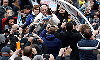 Papa Francesco accarezza un bambino al suo arrivo all'udienza generale del mercoled&igrave; in Piazza San Pietro, Citta' del Vaticano, 15 novembre, 2017.<br /> Pope Francis caresses a child as he arrives for his weekly general audience in St. Peter's Square at the Vatican, on November 15, 2017.<br /> UPDATE IMAGES PRESS/Isabella Bonotto<br /> <br /> STRICTLY ONLY FOR EDITORIAL USE