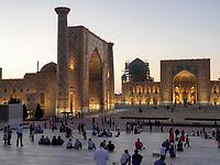 Registan mit Ulug Bek nd Tilla Kori Medrese, Samarkand, Usbekistan, Asien, UNESCO Weltkulturerbe<br /> Ulug Bek and Tilla Kori Madrasa at Registan Square, Samarkand, Uzbekistan, Asia, UNESCO Heritage Site