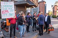 """Protest von """"Psychotherapeuten in Ausbildung"""" vor der Sitzung des Charite-Aufsichtsrat am Freitag den 19. Oktober 2018. Die Therapeuten und Therapeutinnen muessen ihre Ausbildung mit bis zu 750,-€ monatlich selber finanzieren und forderten vor der Aufsichtsratssitzung eine angemessene Bezahlung.<br /> Im Bild: Protestierende im Gespraech mit Mitgliedern des Aufsichtsrat.<br /> 19.10.2018, Berlin<br /> Copyright: Christian-Ditsch.de<br /> [Inhaltsveraendernde Manipulation des Fotos nur nach ausdruecklicher Genehmigung des Fotografen. Vereinbarungen ueber Abtretung von Persoenlichkeitsrechten/Model Release der abgebildeten Person/Personen liegen nicht vor. NO MODEL RELEASE! Nur fuer Redaktionelle Zwecke. Don't publish without copyright Christian-Ditsch.de, Veroeffentlichung nur mit Fotografennennung, sowie gegen Honorar, MwSt. und Beleg. Konto: I N G - D i B a, IBAN DE58500105175400192269, BIC INGDDEFFXXX, Kontakt: post@christian-ditsch.de<br /> Bei der Bearbeitung der Dateiinformationen darf die Urheberkennzeichnung in den EXIF- und  IPTC-Daten nicht entfernt werden, diese sind in digitalen Medien nach §95c UrhG rechtlich geschuetzt. Der Urhebervermerk wird gemaess §13 UrhG verlangt.]"""