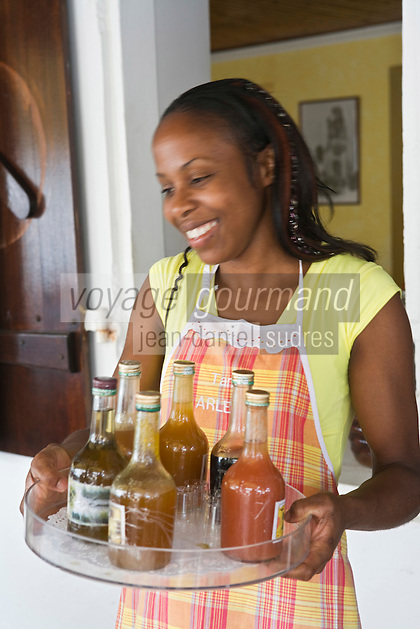 "France/DOM/Martinique/Grand-Rivière : Rebecca propose le  plateau de Rhums arrangés au Restaurant ""Chez Tante Arlette"""