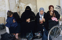 SYRIA, veiled Muslim women eat ice cream at Umayad mosque in Damascus / Syrien Damaskus Damascus schwarz verschleierte Moslem Frauen im Tschador essen Eis an der Omayad Moschee