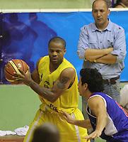 BUCARAMANGA - COLOMBIA: 28-10-2013: Maurice Carter (Izq.), jugador de  Bukaros de Bucaramanga, disputa el balón con Julian Pineda (Der.) jugador de Guerreros de Bogota, durante partido, octubre 28 de 2013. Bukaros de Bucaramanga y Guerreros de Bogota, durante partido de la fecha 33 de la fase I de la Liga Directv Profesional de Baloncesto 2 en partido jugado en el Coliseo Vicente Diaz Romero. (Foto: VizzorImage / Duncan Bustamante / Str). Maurice Carter (L), player of Bukaros from Bucaramanga, vies for the ball with Julian Pineda (R) player of Guerreros from Bogota, during a match, October 28, 2013. Bukaros from Bucaramanga and Guerreros from Bogota during a match for the 33 date of the Fase II of the League of Professional Directv Basketball 2 game at the Vicente Diaz Romero Coliseum. (Photo: VizzorImage / Duncan Bustamante / Str)