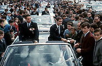 Jean BŽliveau, Robert Rousseau et les autres joueurs signant des autographes, 9 mai 1966,