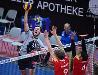 Volleyball 1. Bundesliga  Saison 2017/2018 TV Rottenburg - Hypo Tirol Alpen Volleys Haching     27.12.2017 Bartosz Pietruczuk (li, Alpen Volleys Haching) gegen Lars Wilmsen (Mitte, TV Rottenburg) und Federico Cipollone (re, TV Rottenburg)