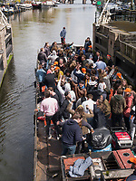 Boote am K&ouml;nigstag auf Gracht Oudeschans,  Amsterdam, Provinz Nordholland, Niederlande<br /> Boat at Kings Day on  Gracht Oudeschans, Amsterdam, Province North Holland, Netherlands