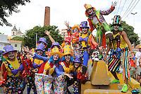 RECIFE, PE, 01.03.2014 - CARNAVAL / RECIFE / GALO DA MADRUGADA - <br /> Folioes durante Galo da Madrugada, maior bloco de carnaval do mundo, no centro de Recife, na manhã deste sábado (01). (Foto: Vanessa Carvalho / Brazil Photo Press).