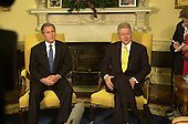 United States President-elect George W. Bush, left, meets reporters with U.S. President Bill Clinton, right, in the Oval Office of the White House in Washington, DC on December 19, 2000.<br /> Credit: Ron Sachs / Pool via CNP
