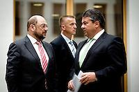 Der Präsident des Europäischen Parlamentes Martin Schulz und Bundeswirtschaftsminister und Vizekanzler Sigmar Gabriel (SPD) unterhalten sich am Montag (05.05.14) in Berlin im Foyer der Bundespressekonferenz.
