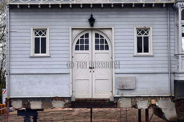 MUIDEN - Langs de Vecht heeft bouwbedrijf Bresser in opdracht van Rijkswaterstaat de uit 1899 daterende houten kringenwetboerderij de de Vechthoeve omhoog gevijzeld als voorbereiding van het transport van het pand naar een andere locatie. COPYRIGHT TON BORSBOOM