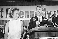 Brooklyn, New York City, NY - April 1, 1968<br /> Presidential candidate and NY senator Robert Kennedy greets supporters during a campaign stop in Fort Greene, Brooklyn. At his side his wife Ethel.<br /> Brooklyn, New York City, NY, 1er Avril 1968.<br /> Apres une conf&eacute;rence de Presse, Robert Kennedy, s&eacute;nateur de New York, s&rsquo;arr&ecirc;te &agrave; Fort Greene pour un contact avec ses sympathisants. Pres de lui sa femme Ethel.