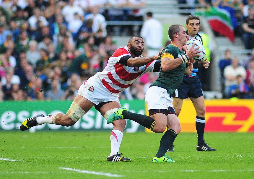 Japan's Michael Leitch gets to grips with South Africa's Ruan Pienaar<br /> <br /> Photographer Kevin Barnes/CameraSport<br /> <br /> Rugby Union - 2015 Rugby World Cup - Japan v South Africa - Saturday 19th September 2015 - The American Express Community Stadium - Falmer - Brighton<br /> <br /> &copy; CameraSport - 43 Linden Ave. Countesthorpe. Leicester. England. LE8 5PG - Tel: +44 (0) 116 277 4147 - admin@camerasport.com - www.camerasport.com