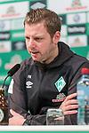 01.12.2018, Weserstadion, Bremen, GER, 1.FBL, Werder Bremen vs FC Bayern Muenchen<br /> <br /> DFL REGULATIONS PROHIBIT ANY USE OF PHOTOGRAPHS AS IMAGE SEQUENCES AND/OR QUASI-VIDEO.<br /> <br /> im Bild / picture shows<br /> Florian Kohfeldt (Trainer SV Werder Bremen) bei PK / Pressekonferenz nach Spielende, <br /> <br /> Foto &copy; nordphoto / Ewert