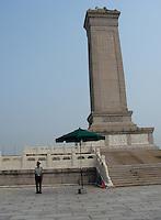 Viagem a China feita pela jornalista Liliana Lavoratti.<br /> Foto Liliana Lavoratti<br /> 08/2014<br /> <br /> Rep&uacute;blica Popular da China<br /> Origem: Wikip&eacute;dia, a enciclop&eacute;dia livre.<br /> Disambig grey.svg Nota: Para a civiliza&ccedil;&atilde;o chinesa (ou s&iacute;nica), veja China (civiliza&ccedil;&atilde;o). Para o pa&iacute;s conhecido como Taiwan, veja Rep&uacute;blica da China. Para outros significados, veja China (desambigua&ccedil;&atilde;o).<br /> 中华人民共和国中国<br /> (Zhōnghu&aacute; r&eacute;nm&iacute;n g&ograve;ngh&eacute;gu&oacute; zhōnggu&oacute;)<br /> Rep&uacute;blica Popular da China<br /> Bandeira da China<br /> Bras&atilde;o de armas da China<br /> BandeiraBras&atilde;o de armas<br /> Hino nacional: Marcha dos Volunt&aacute;rios<br /> MENU0:00<br /> Gent&iacute;lico: chin&ecirc;s<br /> <br /> Localiza&ccedil;&atilde;o  Rep&uacute;blica Popular da China<br /> <br /> Localiza&ccedil;&atilde;o da China em verde escuro.<br /> A Ilha de Taiwan (em disputa com a Rep&uacute;blica da China) e &aacute;reas disputadas com a &Iacute;ndia est&atilde;o em verde claro.<br /> CapitalPequim<br /> 39&deg;55&prime;N 116&deg;23&prime;L<br /> Cidade mais populosaXangai<br /> L&iacute;ngua oficialChin&ecirc;s Mandarim&sup1;<br /> GovernoRep&uacute;blica popular socialista unipartid&aacute;ria<br />  - PresidenteXi Jinping<br />  - Vice-presidenteLi Yuanchao<br />  - PremierLi Keqiang<br />  - Presidente do CongressoZhang Dejiang<br />  - Presidente da CCPPCYu Zhengsheng<br /> Estabelecimento <br />  - Unifica&ccedil;&atilde;o da China sob a dinastia Qin221 a.C. <br />  - Estabelecimento da Rep&uacute;blica1 de janeiro de 1912 <br />  - Proclama&ccedil;&atilde;o da Rep&uacute;blica Popular1 de outubro de 1949 <br /> &Aacute;rea <br />  - Total9 596 961 km&sup2; (3.&ordm;)<br />  - &Aacute;gua (%)2,8<br />  FronteiraMong&oacute;lia, R&uacute;ssia, Coreia do Norte, Vietname, Laos, Mianmar, &Iacute;ndia, But&atilde;o, Nepal, Paquist&atilde;o, Afeganist
