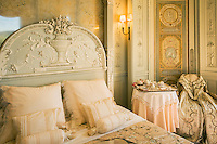 France, Provence-Alpes-Côte d'Azur, peninsula Cap Ferrat: sleeping room of Villa Ephrussi de Rothschild, also known as Villa Ile-de-France  between Villefranche-sur-Mer and Beaulieu-sur-Mer | Frankreich, Provence-Alpes-Côte d'Azur, Halbinsel Cap Ferrat: Schlafzimmer der Villa Ephrussi de Rothschild, auch bekannt als Villa Ile-de-France zwischen Villefranche-sur-Mer und Beaulieu-sur-Mer