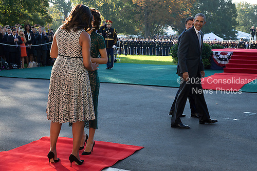 US President Barack Obama (R), First Lady Michelle Obama (L) greet Italian Prime Minister Matteo Renzi (2R) and Italian First Lady Agnese Landini (2L) as they arrive to an official arrival ceremony on the South Lawn of the White House in Washington DC, USA, 18 October 2016. Later today President Obama and First Lady Michelle Obama will host their final state dinner featuring celebrity chef Mario Batali and singer Gwen Stefani performing after dinner. <br /> Credit: Shawn Thew / Pool via CNP