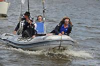 SKÛTSJESILEN: LANGWEER: 23-07-2015, SKS kampioenschap 2015, winnaar werd het skûtsje van Earnewâld met schipper Gerhard Pietersma, Verslaggever Gjalt de Jong Omrop Fryslân, ©foto Martin de Jong
