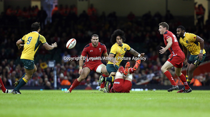 Pictured: Joe Tomane of Australia (3rd L) passing the ball to team mate Nick Phipps (L) Saturday 08 November 2014<br />