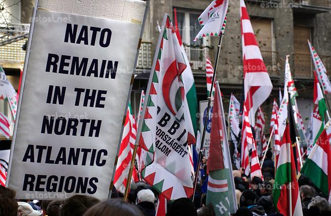 """UNGARN, 14.01.2012. Budapest - II. Bezirk. Angesichts der Krise Ungarns fordert die rechtsextreme Jobbik-Partei den Austritt aus der EU und eine neue Ostorientierung des Landes. Demonstration vor der Vertretung der EU-Komisision in der Lövöház utca. Anti-NATO-Schild: """"NATO bleib im Nordatlantik""""   In the ligth of Hungary's crisis the far right Jobbik party calls for leaving the EU. Demonstration close to the office of the EU commission in Lovohaz street. Anti-NATO-Poster..© Martin Fejer/EST&OST."""