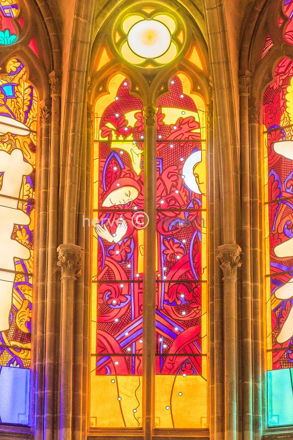France, Nièvre (58), Nevers, cathédrale Saint-Cyr-et-Sainte-Julitte, vitraux contemporains des artistes Jean-Michel Alberola, Claude Viallat, Gottfried Honegger, Raoul Ubac et François Rouan  dans le coeur gothique
