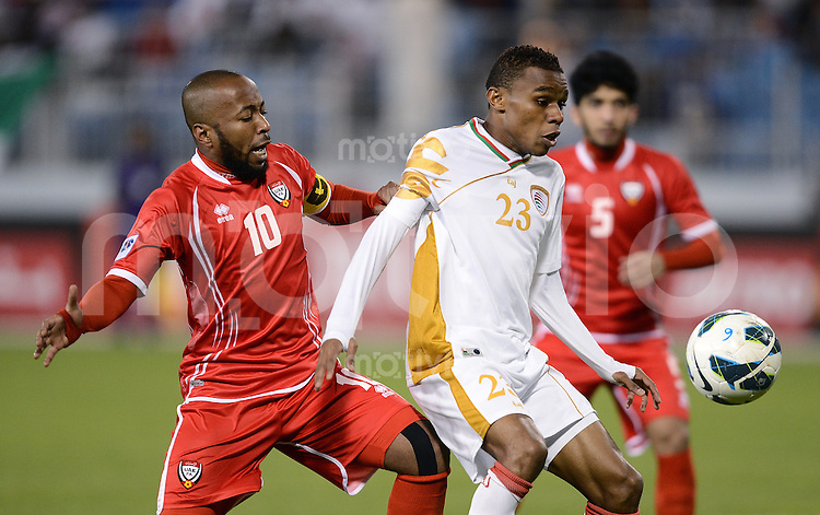 Fussball International Gulf Cup 2012 in Bahrain    Vereinigte Arabische Emirate - Oman        11.01.2013 Juma Darwish Al Maashari (re, Oman) gegen Ismail Mattar (UAE)