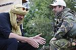 Foto: VidiPhoto<br /> <br /> HARSKAMP/EDE - Op weg naar hun uitzending in Mali, trainen militairen van het 12e bataljon van de Luchtmobiele Brigade woensdag in een oefendorp bij Harskamp en op de Ginkelse hei bij Ede. Voor het eerst worden bij een oefening ook quads gebruikt, die snel en flexibel ingezet kunnen worden. Doel is integrale samenwerking met andere eenheden die in augustus eveneens naar het Afrikaanse land gaan, waar Nederland met diverse andere landen in VN-verband de vrede probeert te bewaren en de invloed van moslimterroristen probeert terug te dringen. De Nederlanders hebben als taak zoveel mogelijk informatie te verzamelen bij de lokale bevolking, daarom is de training van woensdag vooral gericht op het voeren van gesprekken, naast het opsporen van bermbommen. In augustus worden zo'n 250 Nederlandse militairen in Mali vervangen door een nieuwe lichting, onder wie zo'n 160 man van de Luchtmobiele Brigade. Volgens plaatsvervangend commandant kap. Rik Evenboer dateert de persoonlijke uitrusting van Maligangers uit 1996 en is dus, in vergelijking met die van Europese collega's, sterk verouderd. &quot;Dat kan het verschil zijn tussen leven en dood&quot;.