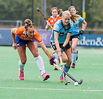 BLOEMENDAAL - Ekki Lemmink (Bl'daal) met Luna Fokke (HGC)  , 2e play out wedstrijd tussen Bloemendaal-HGC dames (2-0). COPYRIGHT KOEN SUYK